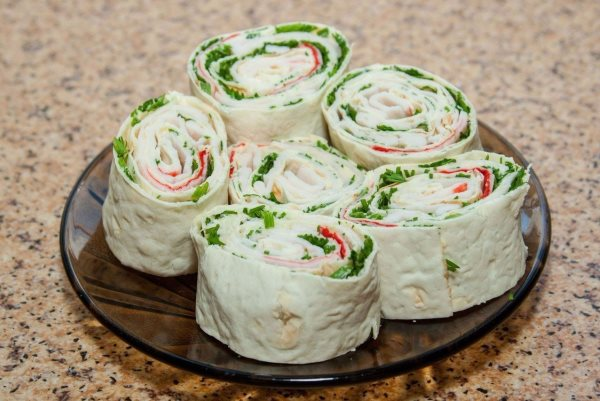Быстрая закуска из лаваша с еврейским салатом