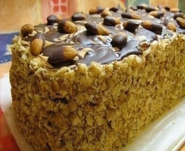 Бисквитный торт с орешками и глазурью