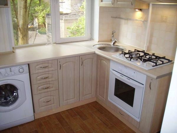 Кухня со столешницей вместо подоконника