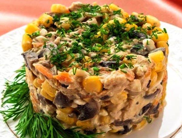 Низкокалорийный салат с курицей и грибами