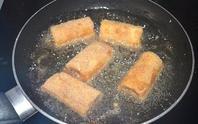 Жареные рулетики из хлеба