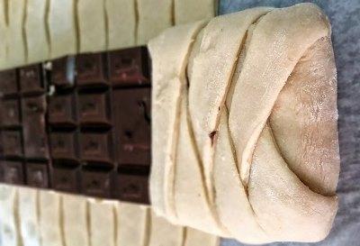 Пирог косичка с шоколадом, халвой, бананами и орехами