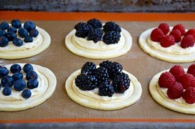 Тарталетки с творогом и ягодами