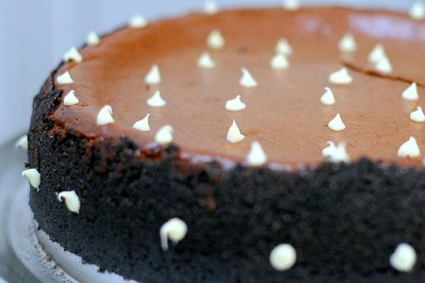 Чизкейк с горьким шоколадом и карамелью