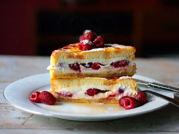Тостовое пирожное со сливочным сыром и ягодами