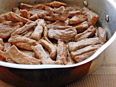 Мясо тушеное со сметанкой