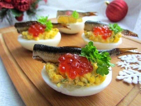 Фаршированные яйца со шпротами и красной икрой 1