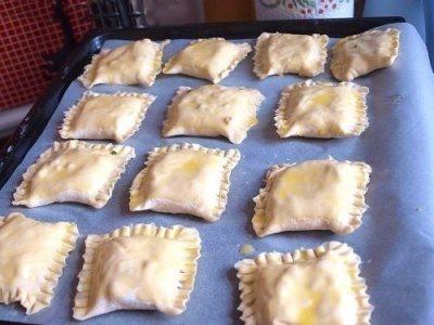Пирожки из слоеного теста с зеленым луком, сыром и ветчиной 3
