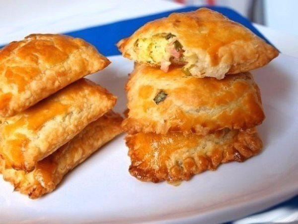 Пирожки из слоеного теста с зеленым луком, сыром и ветчиной 1