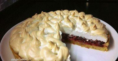 Пирог из песочного теста с ягодой и меренгой
