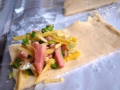 Пирожки из слоеного теста с зеленым луком, сыром и ветчиной 2