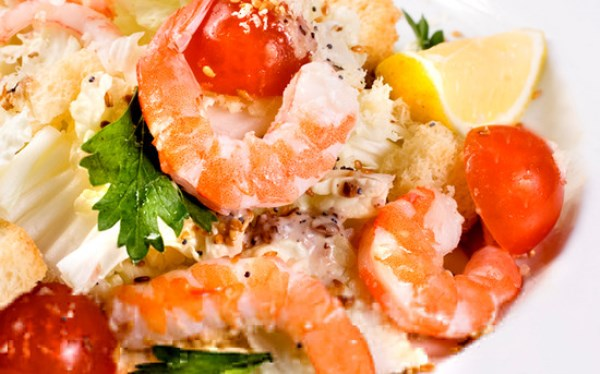 Салат с кальмарами креветками и пекинской капустой