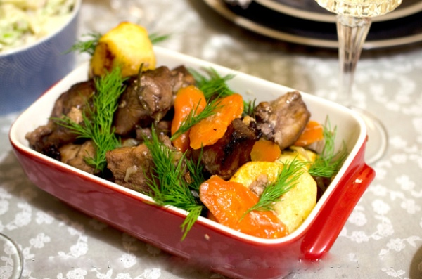 Запеченная свинина, маринованная в красном вине с гвоздикой и бадьяном
