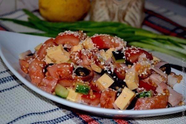Салат с курицей, овощами и кунжутом 1