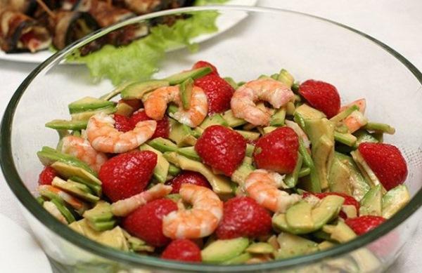 Салат с креветками, авокадо и клубникой «Экзотика»