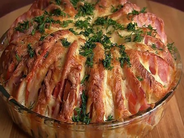 Пирог из батона с колбасой