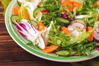 Салат из редиски и огурцов с морковью 12