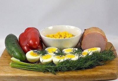 Салат с яйцом и ветчиной 2
