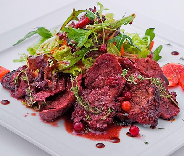 Салат с утиной грудкой инжиром и клюквенным соусом