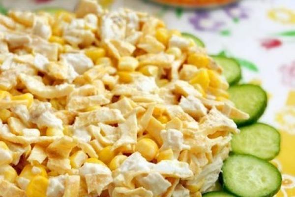 салат с яичными блинчиками и курицей и кукурузой